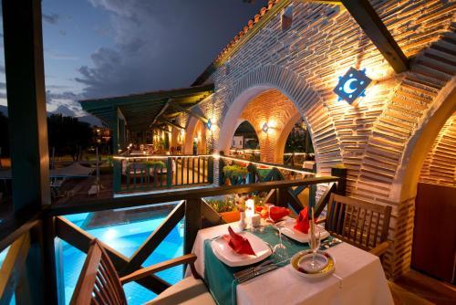 Ein Restaurant oder anderes Speiselokal in der Unterkunft Limak Limra Hotel &Resort -2 Children Free Up to Age 14