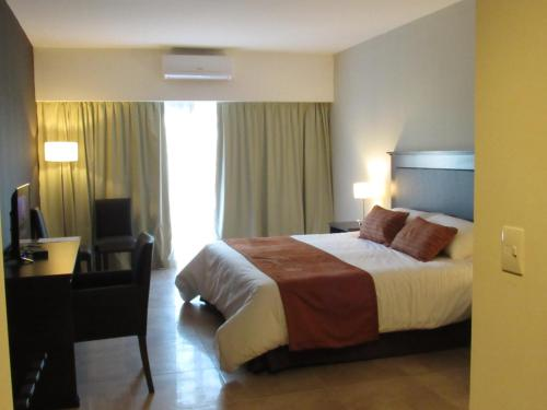A bed or beds in a room at Howard Johnson Chascomus