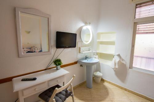A bathroom at Hostal Guillot