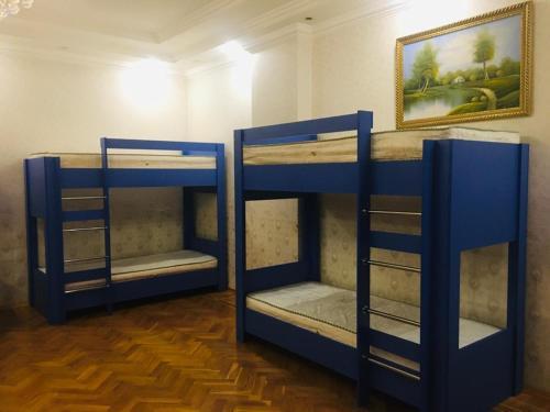 Uma ou mais camas em beliche em um quarto em Shangrila Ceylon Hostal