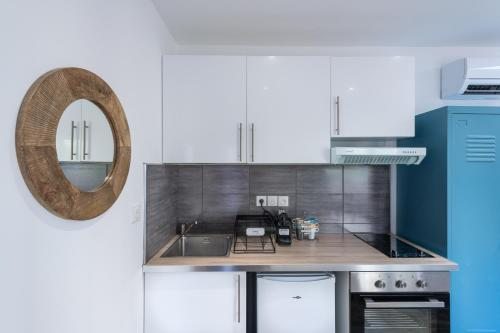 A kitchen or kitchenette at Studio tranquile et Cosy wifi Netflix Terrasse