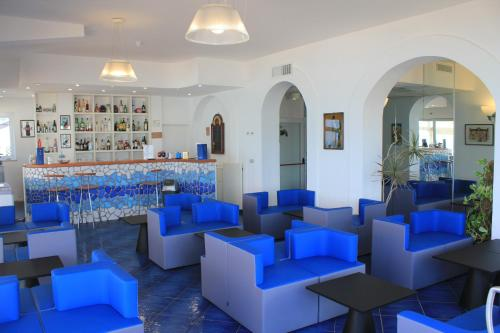 The lounge or bar area at Hotel Residence La Darsena