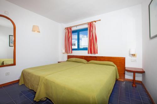 Een bed of bedden in een kamer bij Aparthotel Costa Mar