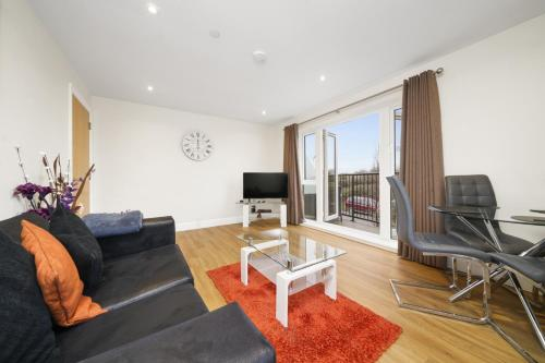 A seating area at London Heathrow Living Serviced Apartments by Ferndale