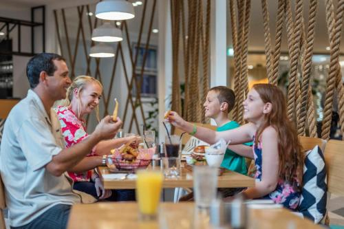 A family staying at Holiday Inn Auckland Airport, an IHG Hotel