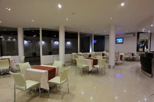 Un restaurant u otro lugar para comer en Hotel Polans