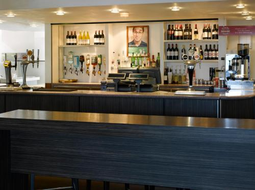 The lounge or bar area at Holiday Inn London Brent Cross, an IHG Hotel