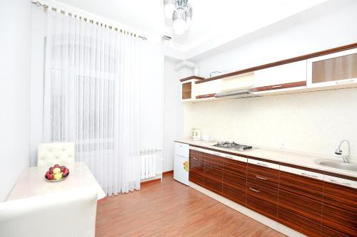 Кухня или мини-кухня в Khujand Deluxe Hotel