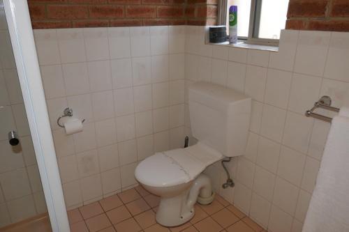 A bathroom at Colonial Motor Inn Bairnsdale Golden Chain Property
