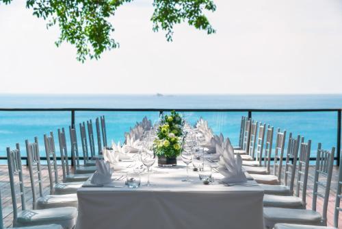 مطعم أو مكان آخر لتناول الطعام في Pullman Phuket Arcadia Naithon Beach - SHA Plus