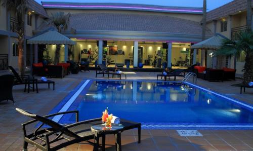 المسبح في فندق هوليداي إن كورنيش الخبر أو بالجوار