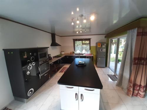 A cozinha ou cozinha compacta de Beautyful House In Moorea