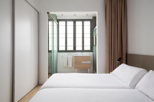 A bed or beds in a room at Barcelona Apartment Viladomat