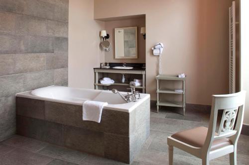 A bathroom at Chateau d'Augerville