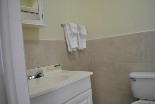 A bathroom at Tropical Hideaway