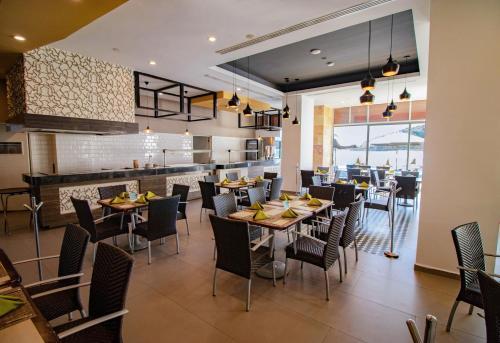 Un restaurante o sitio para comer en Pacific Palace Beach Tower Hotel