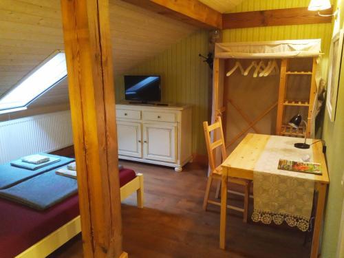 Dviaukštė lova arba lovos apgyvendinimo įstaigoje Senosios Geguzines ukis