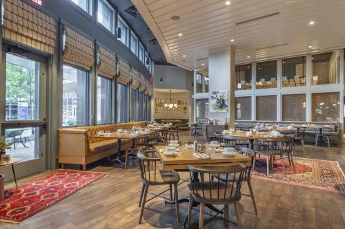A restaurant or other place to eat at Omni Hotel at the Battery Atlanta