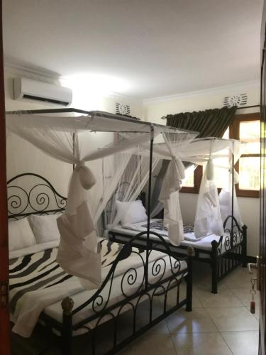 A bed or beds in a room at Le Parlour