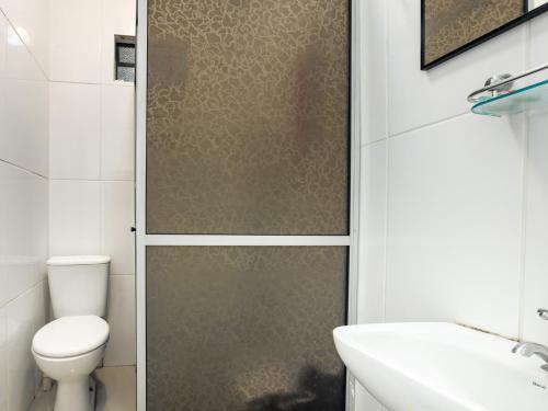 A bathroom at OYO Pousada Le Charme De La Ville