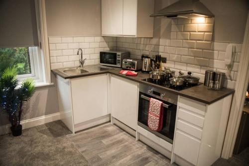 A kitchen or kitchenette at The Hidden Gem of Maidstone - Free Parking
