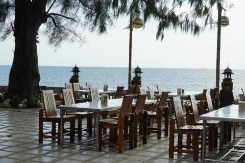 A restaurant or other place to eat at Andaman Beach Resort Koh Jum