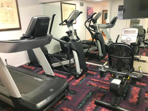 The fitness center and/or fitness facilities at Grand Canyon Plaza Hotel