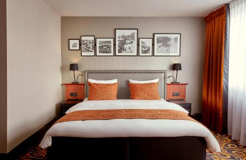 A bed or beds in a room at Carlton Square Hotel