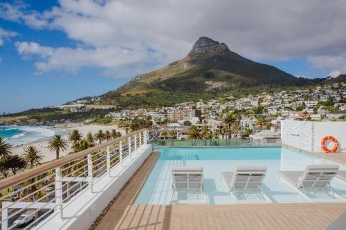 Het zwembad bij of vlak bij The Marly