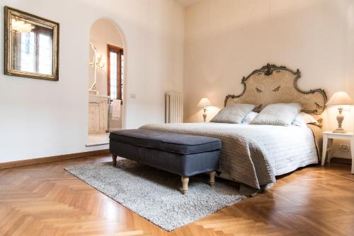 A bed or beds in a room at Charming Venice Apartments