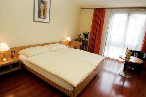 Кровать или кровати в номере Hôtel Le National