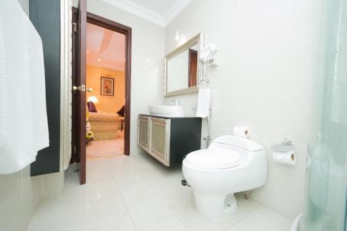 A bathroom at Chairmen Hotel