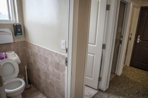 A bathroom at Casa Loma Hotel