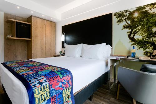 A bed or beds in a room at Arena Ipanema Hotel