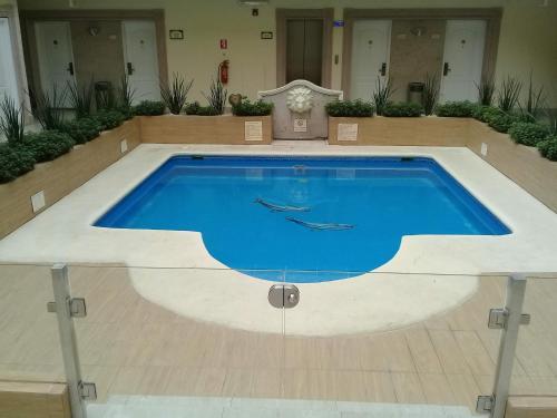 Der Swimmingpool an oder in der Nähe von Best Western PLUS Monterrey Colon