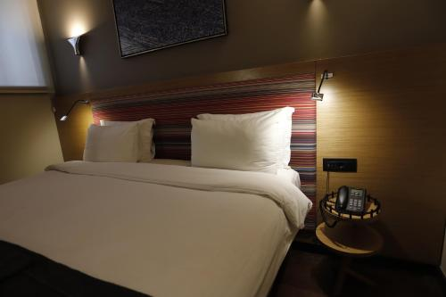 سرير أو أسرّة في غرفة في فندق بانكرهان غلطة