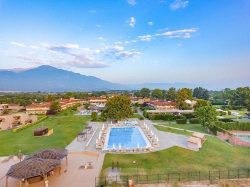 Θέα της πισίνας από το Dion Palace Resort and Spa ή από εκεί κοντά