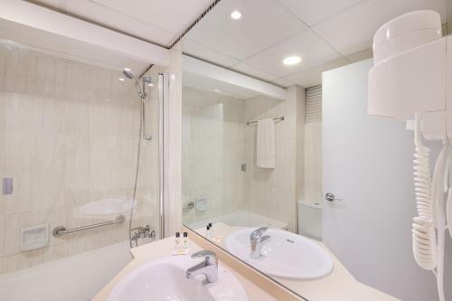 Un baño de azuLine Hotel Bergantin