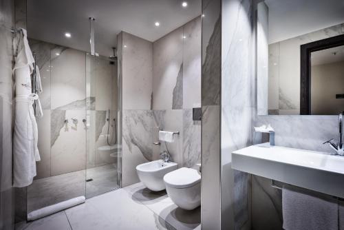 A bathroom at Hotel Dei Cavalieri Milano Duomo