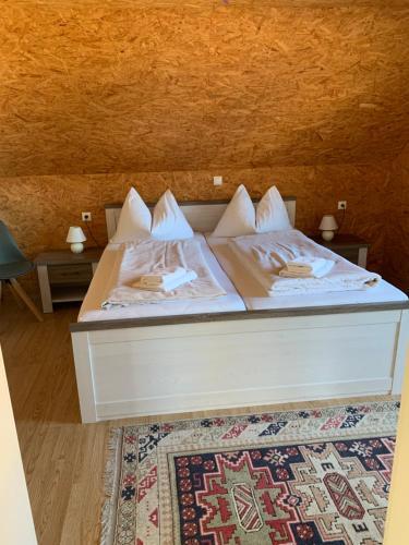 Ein Bett oder Betten in einem Zimmer der Unterkunft Seerestaurant & Suiten Hayat
