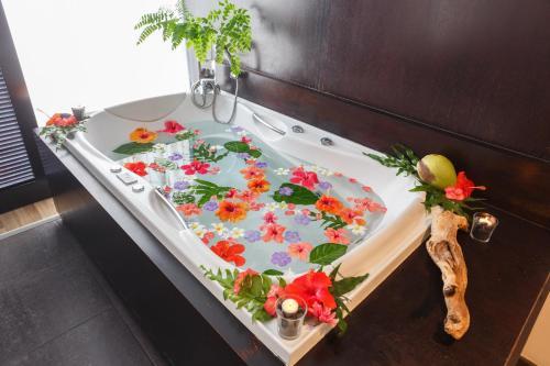 A bathroom at Le Tahiti by Pearl Resorts