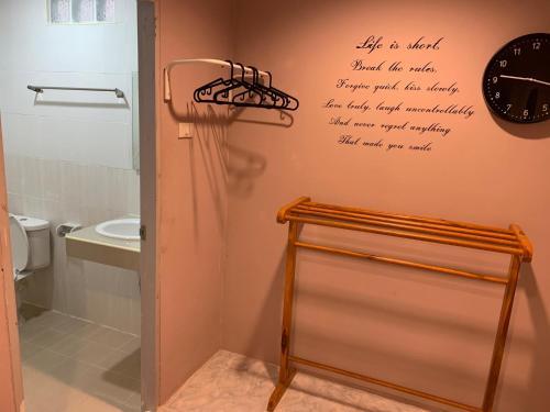 A bathroom at Richmond Guesthouse Haad Rin