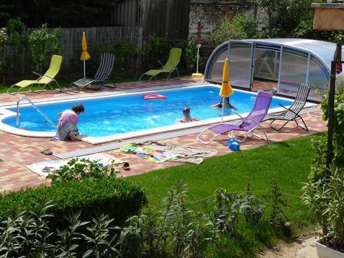 Bazén v ubytování Joker Villa Apartmanhaus nebo v jeho okolí
