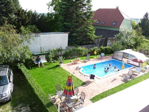 Výhled na bazén z ubytování Joker Villa Apartmanhaus nebo okolí