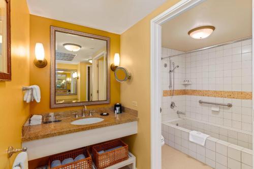 A bathroom at Sheraton Kona Resort and Spa