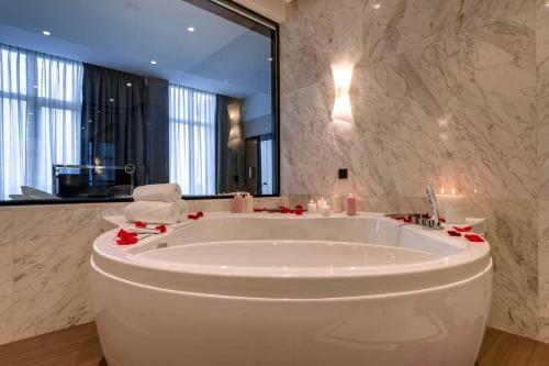 A bathroom at Radisson Blu Leogrand Hotel