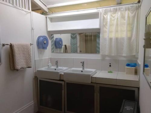 A bathroom at Moonriver Lodge