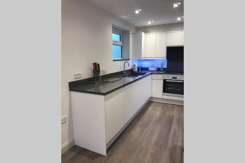 A kitchen or kitchenette at Modern 2 bedroom apartment in Marlow