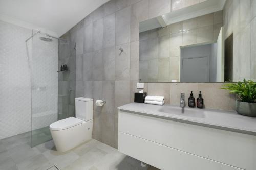 A bathroom at Parklands Resort & Conference Centre