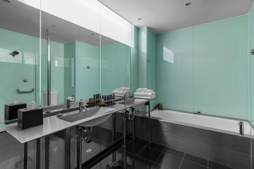 A bathroom at Adelphi Hotel